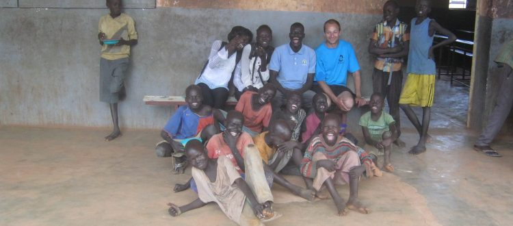 z chłopcami oraz pracownikami socjalnymi, tuż po posiłku