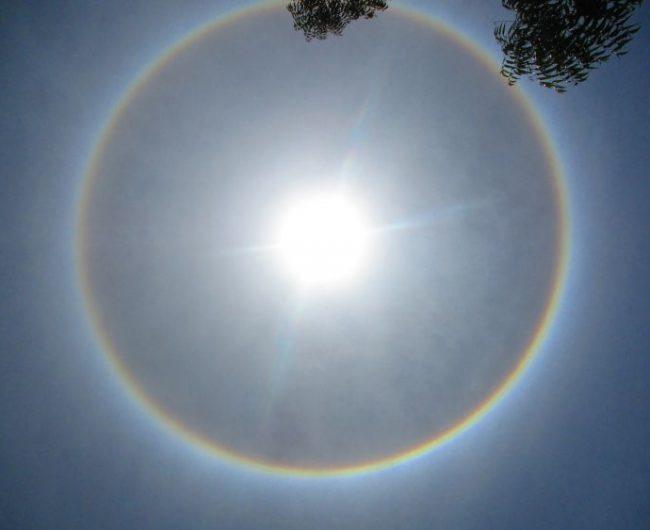 Wspomniana w utworze aureola. Efekt Halo wokół słóńca